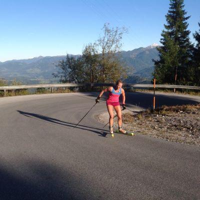 Andrea Julin jobbar på rullskidor i Ramsau.
