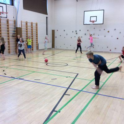 Metsäkylän koulun liikuntasali on intensiivisessä käytössä ja monen oppilaan lempipaikka