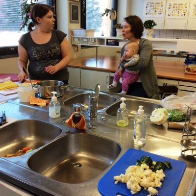 Småbarnsföräldrar i Lovisa lär sig göra babymat