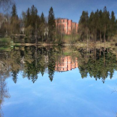 Kellokosken sairaala järveltä kuvattuna, heijastus ylösalaisin