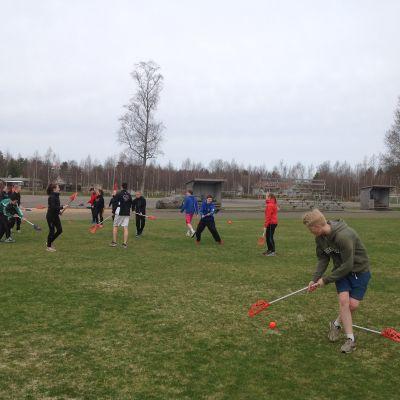 Lacrosse vid Ådalens skola i Kronoby.