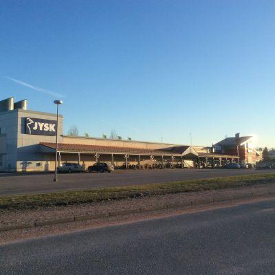 Byggnaden där Jysk-butiken finns i Karis.