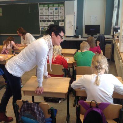 Skolgångsbiträde Denise Lönnroth hjälper till med matematikuppgifter