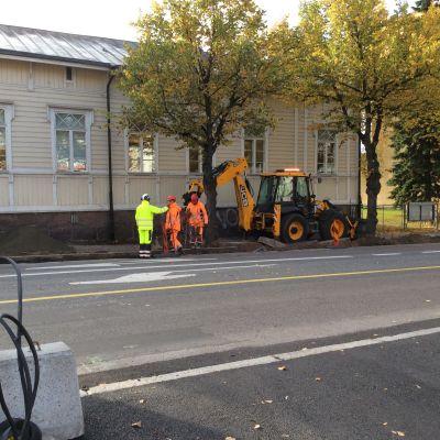 Men som arbetar med renovering av trottoar