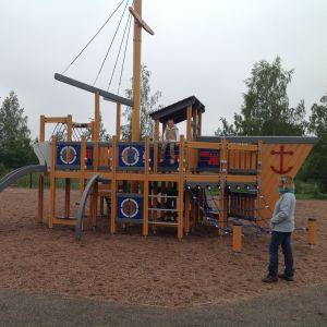 Aava Vis gillar båten i den nya lekparken