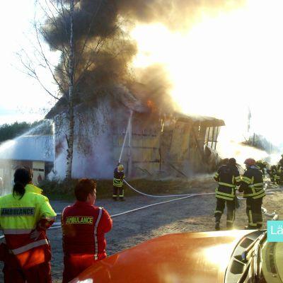 Matias skickade in en läsarbild på en brand i Snåre, Kronoby. En spannmålstork brann.