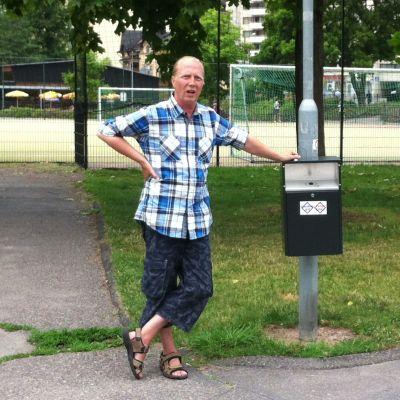 Sami Henttonen förevisar sprutinsamlingskärlen i Ilolaparken