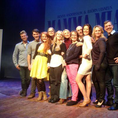 På fredagen avslöjades vem som har huvudrollerna i Svenska Teaterns uppsättning av Mamma Mia.
