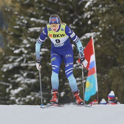 Johanna Matitalo hiihtää.