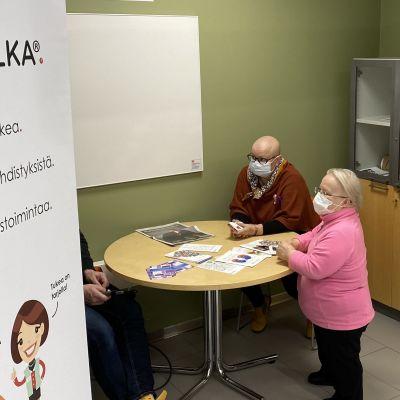 Kainuun OLKA-hankkeen vertaistukijat Ritva Heikura ja Kaija Patronen työssään.