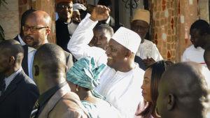 Adama Barrow, Gambias nya president, möter folket i Senegal efter installationen på Gambias ambassad i Senegals huvudstad Dakar.