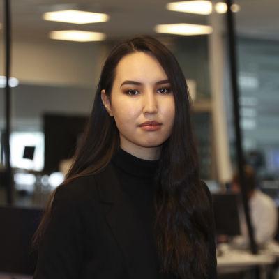Toimittaja Zahra Karimy Ylen uutismaisemassa.