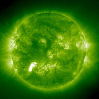 NASAn julkaisema kuva auringosta. Auringon pinnalla näkyy purkauksen näköisiä kohtia, aurinkomyrskyjä.