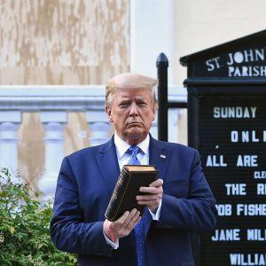 Yhdysvaltain presidentti Donald Trump poseerasi kirkon edustalla.