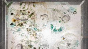närbild på ett konstverk gjort av mineraler och syror.