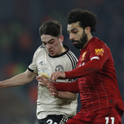 Mohamed Salah kämpar om bollen med Daniel James.