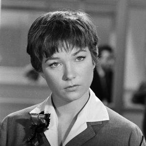 Shirley MacLaine lähikuvassa elokuvassa Poikamiesboksi.