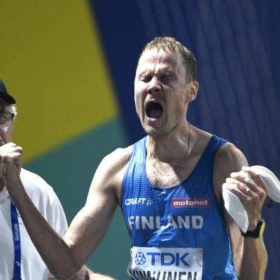 Jarkko Kinnunen jublar med händerna knutna.