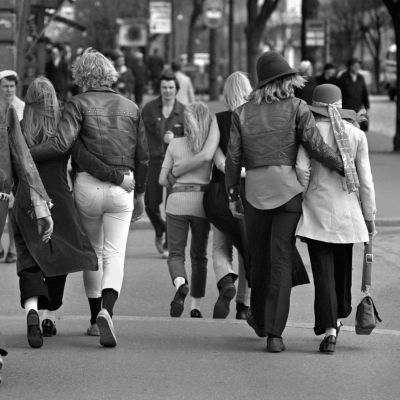 Nuoria pareittain kadulla.