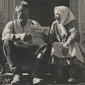 Hortonomi Esa Kallion isovanhemmat Orivedellä kotitalonsa rappusilla.