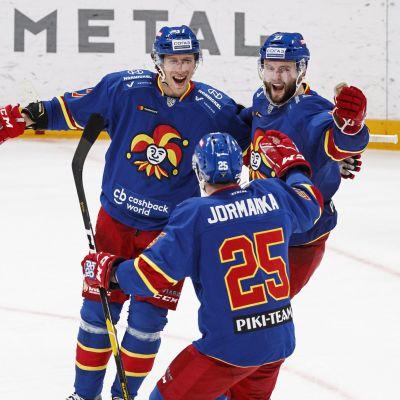 John Norman, Niklas Jensen och Pekka Jormakka firar mål.