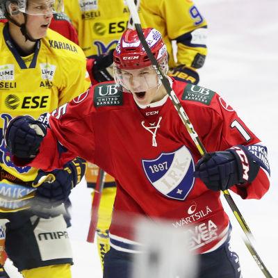 Anton Lundell jublar efter att ha gjort karriärens första ligamål.