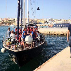 Räddningsfartyget Alex tar i hamn i Lampedusa.