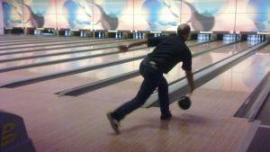 Man bowlar
