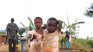 Barnen är framtiden, men utan mark kan byborna inte tjäna pengar och inte betala barnens skolgång. En av byborna var rädd att barnen kommer att bli tjuvar i framtiden – för har de ingen utbildning får de inte jobb och kan inte tjäna pengar på lagligt vis.