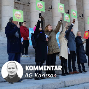 En grupp människor står på en trappa och håller upp emojier med glada ansikten och hjärtan som ögon. Det står också kommentar på en bild ovanpå bilden med personerna.