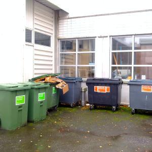 Avfallskärl på en innergård.