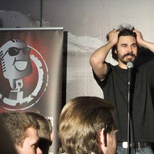 stand up koomikko lavalla