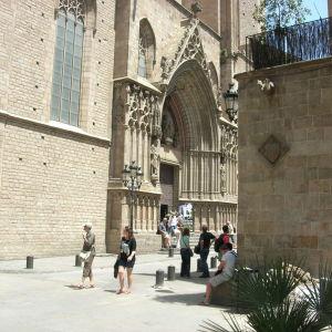 Santa María del Mar -katedraalin sisäänkäynti kapealla kujalla.