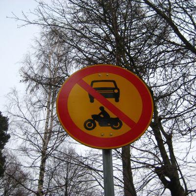 Trafikmärke som anger motorfordon förbjudet.