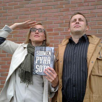 Marjut Tervola ja Suomen pyhä sota -teoksen kirjoittaja Jouni Tilli