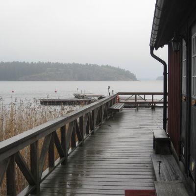 Hamnbyggnad och brygga i Bromarv