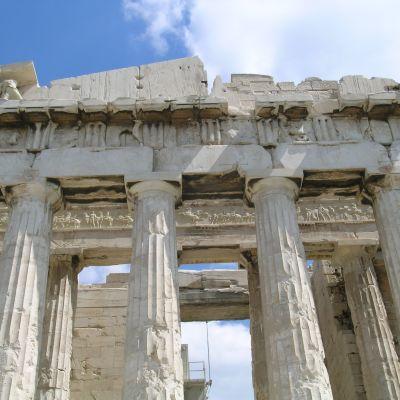 Kreikka, Ateena. Akropolis. Antiikin taide. Parthenon-temppeli, doorilainen pylväikkö ja päätykolmio, tympanon. Kreikan taiteen täysklassisen aika 447-423 eKr, arkkitehdit Kallikrates ja Iktinos. Doorilaiset pylväät. Temppelin rauniot.