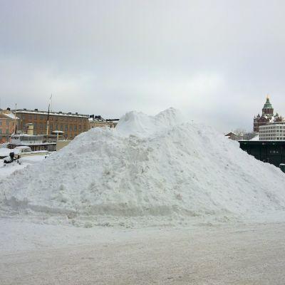 Snöhög på Salutorget i Helsingfors
