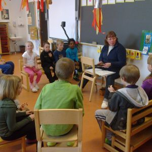 Barn som sitter i en ring i förskolan.