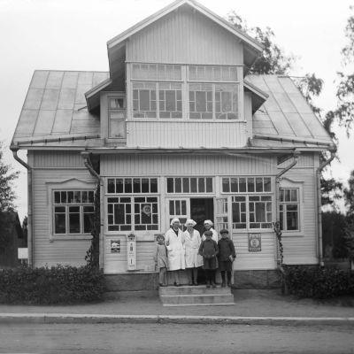 En gammal bild på en affär i Karis.