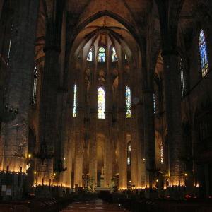 Sisäkuva hämärästä Meren katedraalista