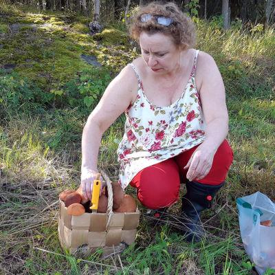 En kvinna med en korg full av svamp.