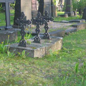 Valte gravstenar domd till boter