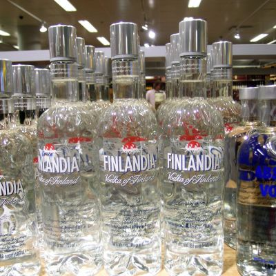 Finlandiaflaskor i hyllan