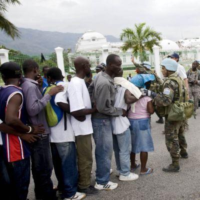 FN-fredsbevarare håller ordning vid matutdelningen