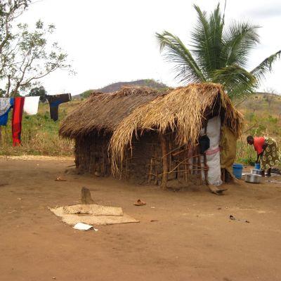 Byborna i Kikundi  befinner sig i ett plattläge. Odlar de ingenting får de inga inkomster, men försöker de odla bränner markägaren ner deras hus och förstör deras skördar. Foto: Yle/Smältpunkt/Liselott Lindström