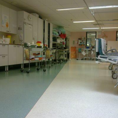 Sjukhusjouren i Lojo, provtagningsutrustning, sängar, skåp.