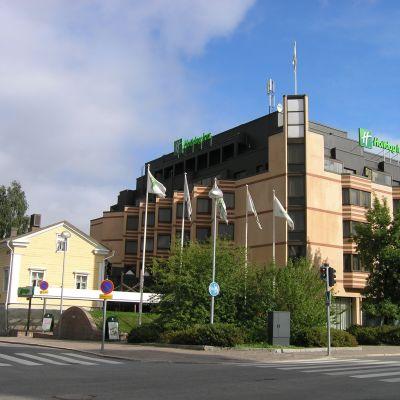 Oulun Holiday Innin julkisivu.
