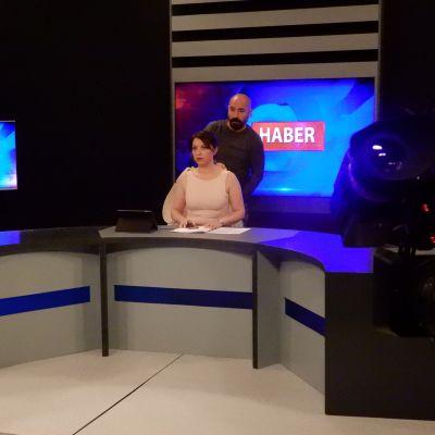 Nainen tv-studiossa