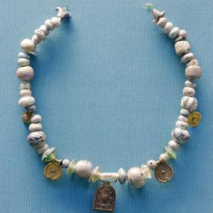 Feniciskt halsband med glaspärlor från 500-talet f.Kr., utställt på British Museum.
